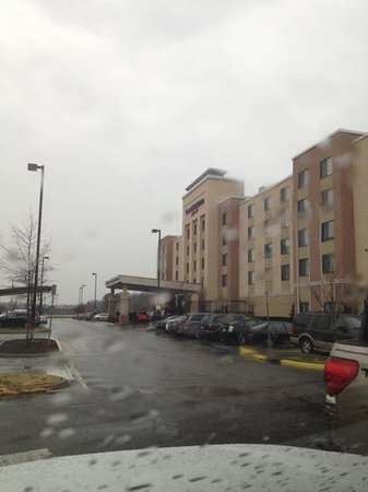 SpringHill Suites by Marriott Chesapeake Greenbrier: rainy day.  parking is around the building