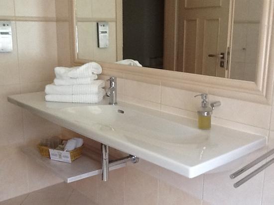 Unitas Hotel:                   room 325