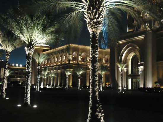 Emirates Palace: The beautiful lighting outside