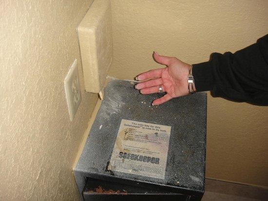 Orlando Metropolitan Resort:                   safety box disgusting and no lock