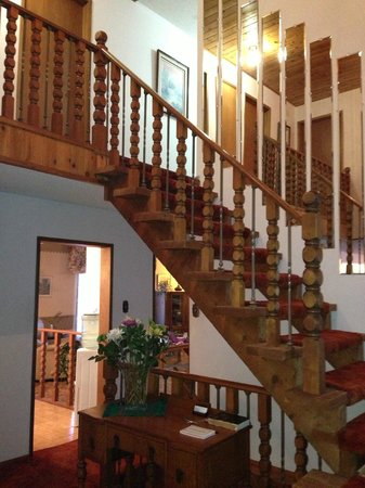 Wild Rose Bed & Breakfast: Staircase to second floor