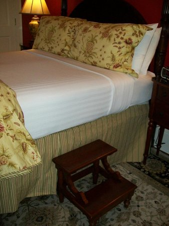 Hamilton-Turner Inn: Bed in 202