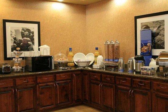 Hampton Inn & Suites Gallup: Breakfast Area