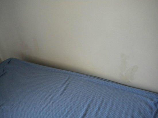 Pierre & Vacances Résidence Centre : Mur derrière le lit