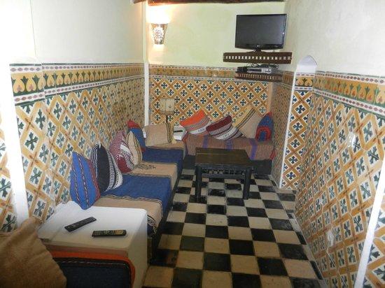Hotel Les Matins Bleus: L'un des petits salons (ici avec télé)