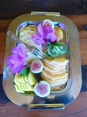 Frischgewaagd Guesthouse: Käseplatte mit Obst auf Frühstückstisch