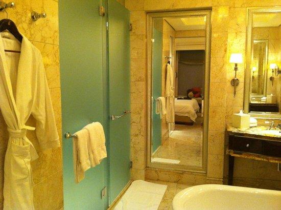 The St. Regis Singapore:                   Stylish bathroom