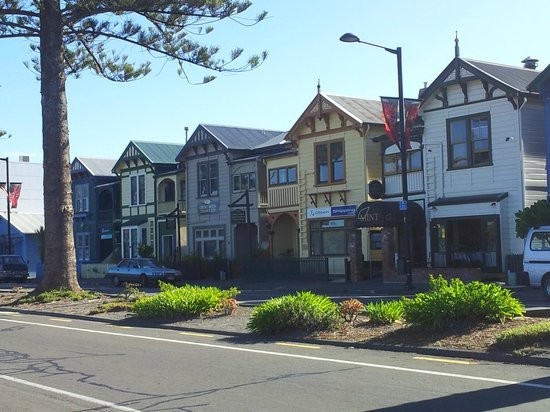 New Zealand Wine Centre: olds houses along the beach