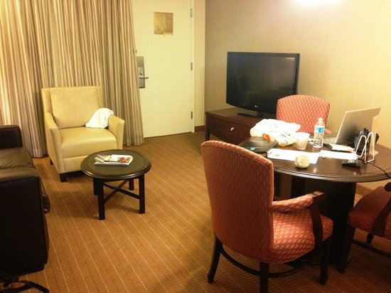 Embassy Suites by Hilton Alexandria-Old Town: Dining/living room