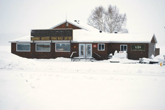 Gowganda Lake Lodge: The general store and main office