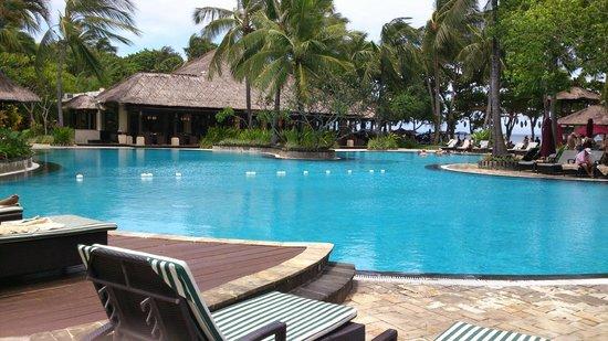 The Laguna, a Luxury Collection Resort & Spa: один из бассейнов, средний