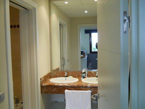 Apartamentos Manilva Green: Twin wash basins