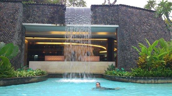 เดอะลากูน่า อะลักชัวรี่คอลเลคชั่น รีสอร์ท & สปา: основной бассейн с водопадом, за которым фитнес зал и спа