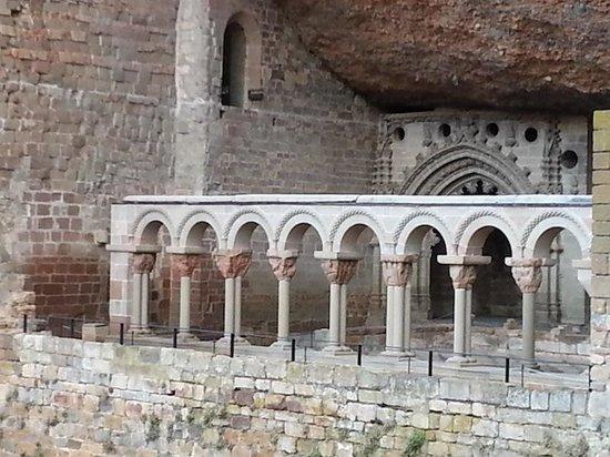 Monasterio de San Juan de la Peña: vista del claustro románico desde la plataforma exterior