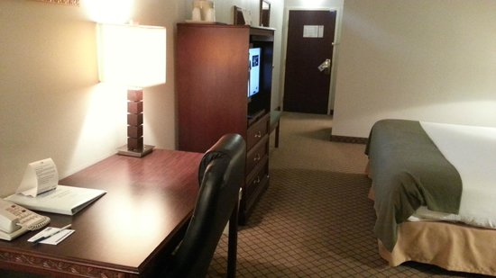 Holiday Inn Express & Suites Cincinnati Northeast-Milford: Room and desk
