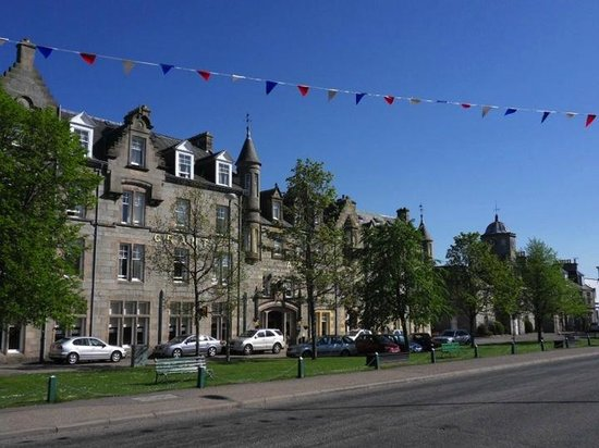 Grant Arms Hotel: Set back from the road on the Square in Grantown