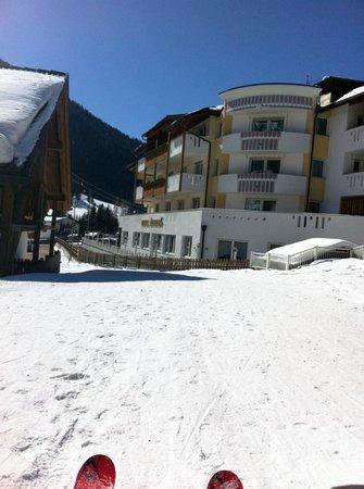 Hotel Antines: Si arriva con gli ski....