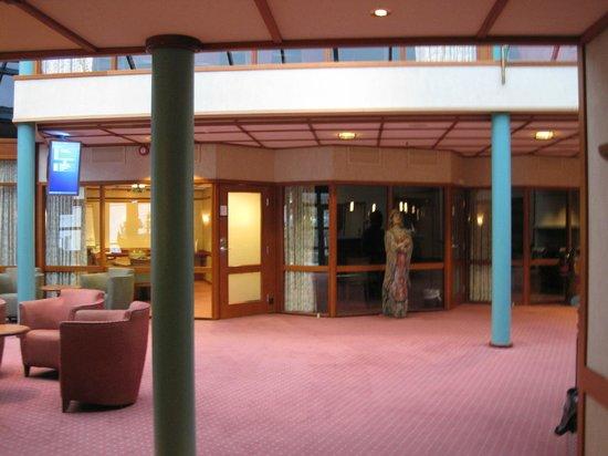 Holmen Fjordhotell: durch diesen Raum geht es zu den Zimmern (Nebengebäude)