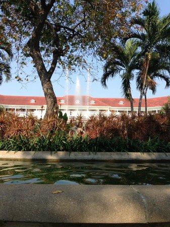 Centara Grand Beach Resort & Villas Hua Hin: Hotel and gardens