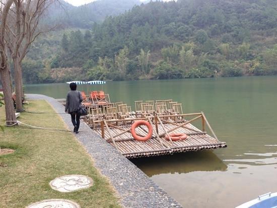 Bishuiwan Hot Spring Holiday Inn: the bamboo raft