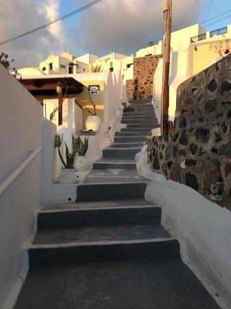 มิลล์ เฮาส์ สตูดิโอส์ แอนด์ สวีทส์: many steps up from the hotel