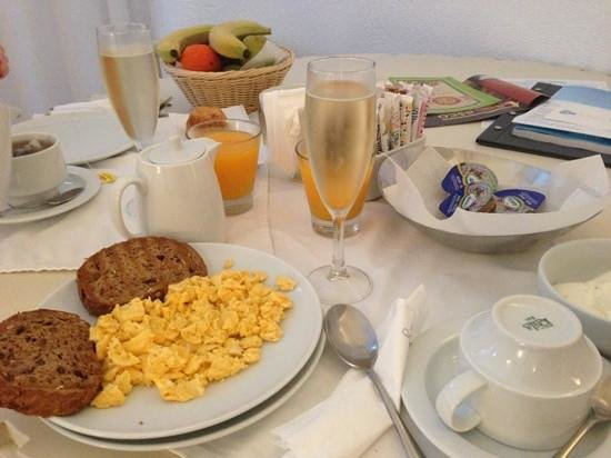 Mill Houses Elegant Suites: breakfast in the room!