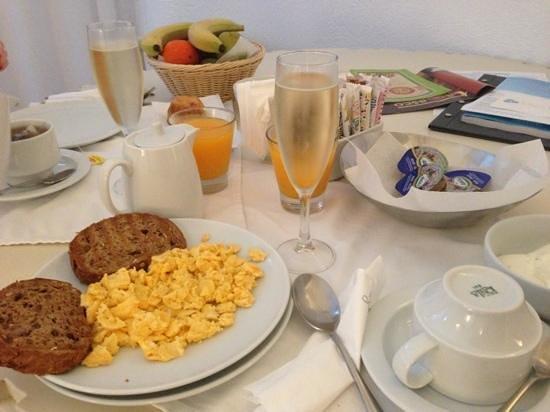 มิลล์ เฮาส์ สตูดิโอส์ แอนด์ สวีทส์: breakfast in the room!