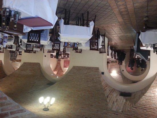 Urgnano, Italy:                   vista sala con volta in mattoni