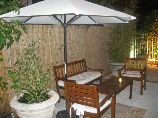 Villa Paradiso: giardinetto all'ingresso