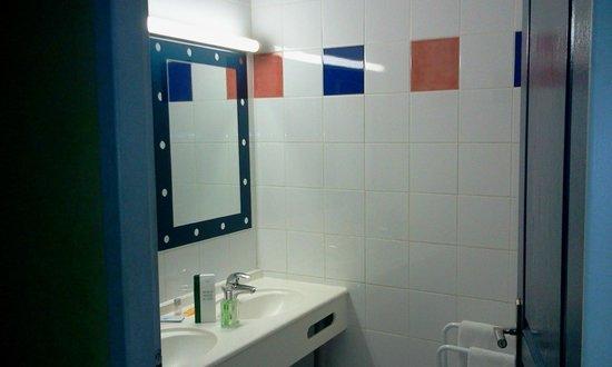 Hotel Le Patio des Terreaux: Salle de bain simple mais propre