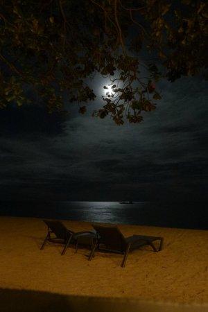 Alegre Beach Resort: sur la plage la nuit