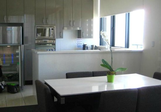 Meriton Serviced Apartments Pitt Street: Dining Area + Complete Kitchen