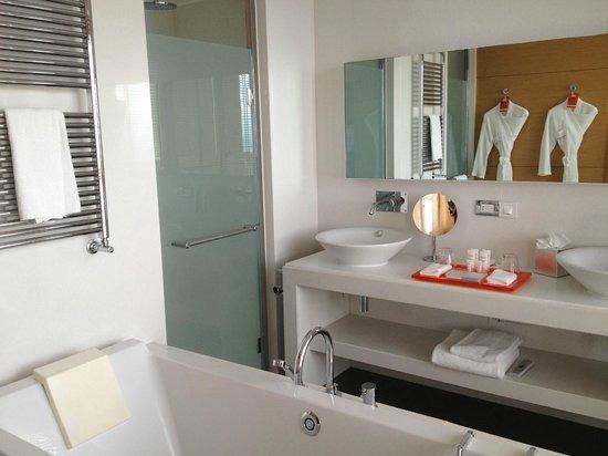 Monte-Carlo Bay & Resort: Salle de bain avec baie vitrée! Magnifique