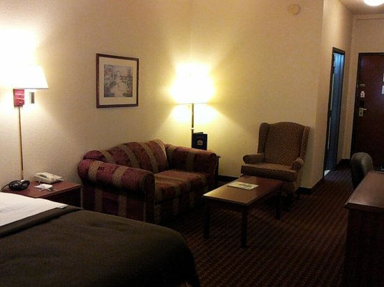 Best Western Edmond Inn & Suites: Sitting Area in Queen Suite