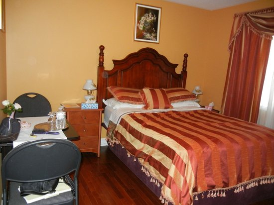 Two Rivers Bed & Breakfast: Our bedroom-comfortable and quiet