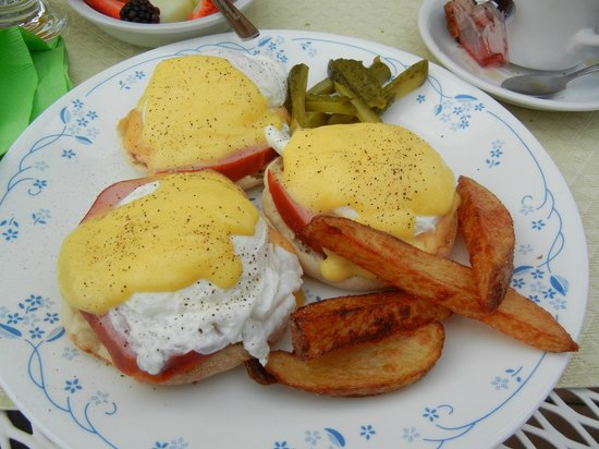 Two Rivers Bed & Breakfast: My amazing eggs benedict with homemade hollandaise sauce! SO GOOD