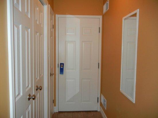 تو ريفيرز بيد آند بريكفاست: Inside of our room-plenty of closet space