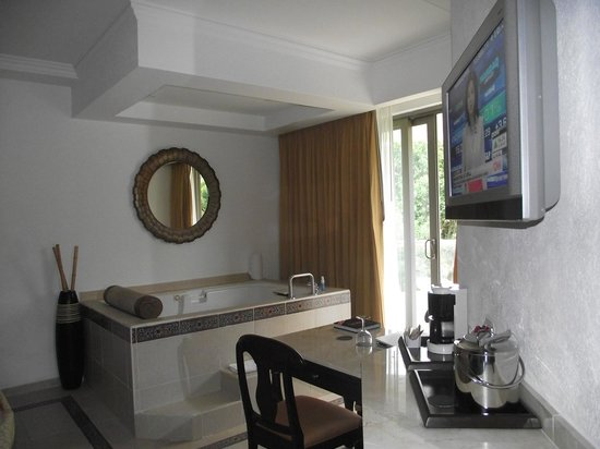 Heaven at the Hard Rock Hotel Riviera Maya: Le bain spa dans la chambre