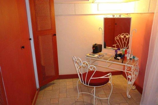 Legend Garden Condos: комнатка между спальней и ванной