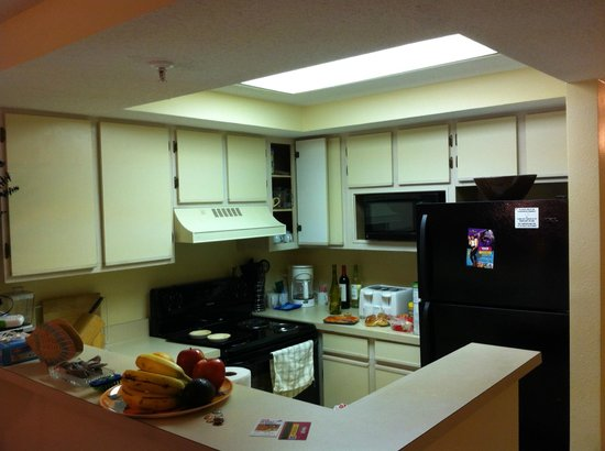 Beach Colony Resort: Kitchen - dated but very functional.