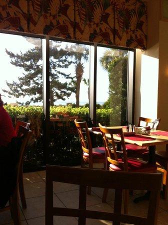 Beach Colony Resort: Restaurant on first level