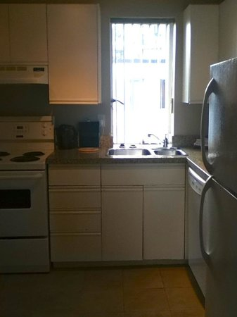 Rosellen Suites At Stanley Park: Well equipped kitchen with dishwasher!