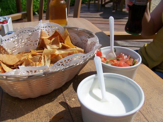 Petit Lafitte: Lunch with freshly made chips and salsa