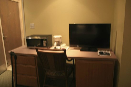 Mana Kai Maui: TV, microwave, coffee maker mini fridge.
