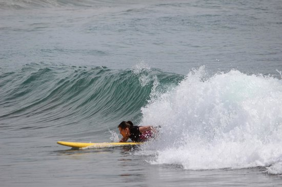 Playa Los Cerritos: Catching a rippin' curl :)