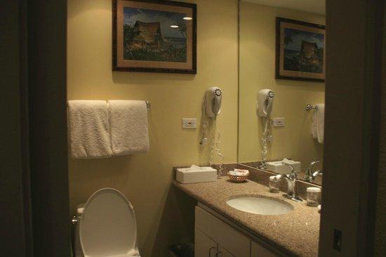 Mana Kai Maui: Bathroom vanity.