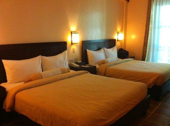 Camayan Beach Resort and Hotel: queen size beds.