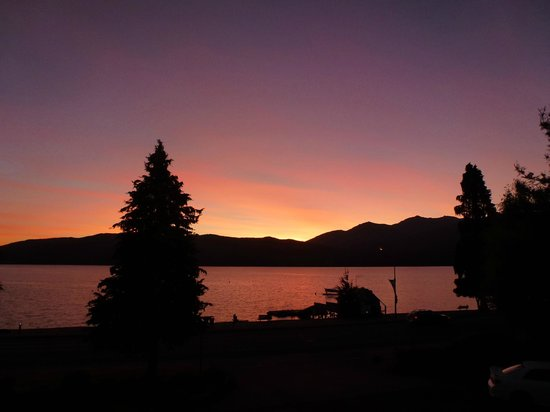 Distinction Te Anau Hotel and Villas: sunset from our room