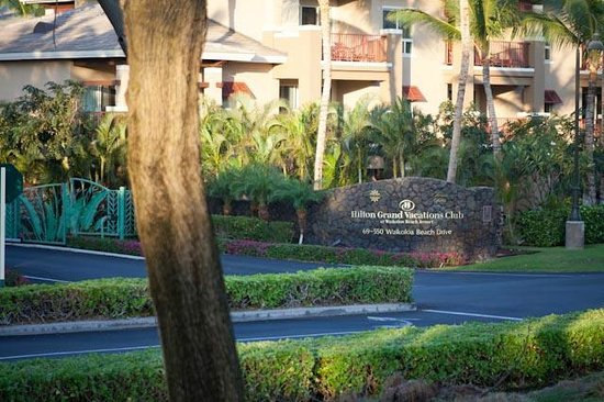 Kohala Suites by Hilton Grand Vacations: Front hotel gates