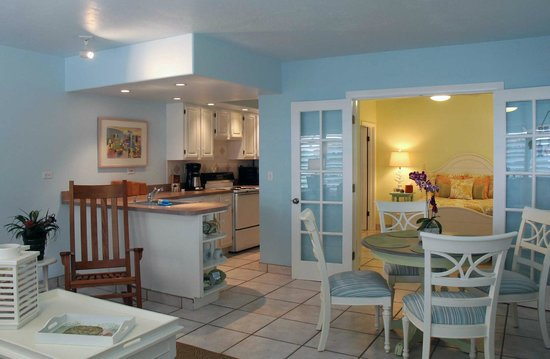 Kona Kai Resort, Gallery & Botanic Garden: One of our large suites overlooking the water - Pineapple, yes?